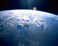 RUSSIAN SPACE STATION MIR W/ EARTH BACKDROP 8x10 PHOTO