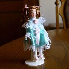 Mädchen mit  Schillelocken und türkisem Kleid Miniatur 1:12