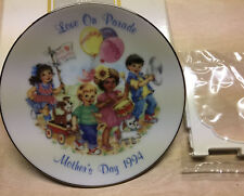 "Vtg 1994 Avon ""Love On Parade"" Mother's Day Collector Plate w/Display Stand Nib"