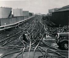 Photo Industrie incendie tuyaux pompiers citernes argentique vintage c. 1950