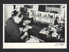 ATELIER de LUTHIER , ARTISAN à la FABRICATION d'un VIOLON en 1994 / FAGE 95.707