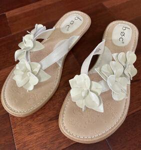 NWOB B.Ø.C Born Floral Accent Thong Flip Flop Slip On Beige Sandals sz 8M or 9M