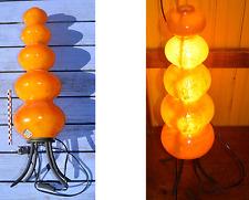 Grande lampe d'ambiance orange, pied en métal noir, abat-jour en matière résinée
