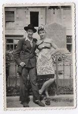 PHOTO N&B Snapshot Vintage Déguisement Travestissement Homme Couple Vers 1940