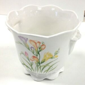 St Michael Freesia Vase Floral Patterns With Waving Rim And Bottom, Side Décor