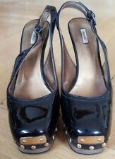 MIU MIU Sling PUMPS schwarz gold Nieten Holz Lackleder 38,5 Designer Sandalette