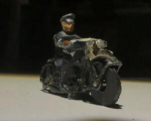 VTG MINI BRITAIN TOY LEAD POLICEMAN ON A MOTORCYCLE 3cm, Rubber Turning Wheels