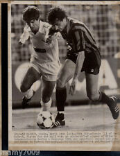 FOTO INTER=FOTO B/N DI REAL MADRID-INTER COPPA UEFA 24/4/1985=MANDORLINI-CHENDO