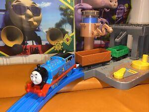 TRACKMASTER THOMAS TRAINS THOMAS SPECIAL EDITION Muddy Thomas 2013 And 2 Trucks
