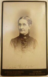 18. CdV Frau Worm Dame mit Brille & Brosche Foto: Benque Hamburg um 1880
