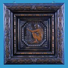 'Hockender Mädchenakt' feine Relief-Schnitzerei im geschnitzten Holzrahmen ~1900