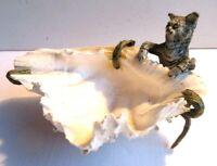 Vide-poche bronze de Vienne: Chat debout contre un coquillage bénitier, XIXème