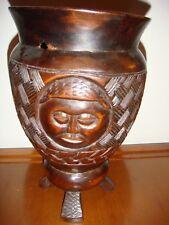 Vaso antico in legno intagliato