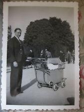 Photographie vintage Bébé dans son landau avec papa Snapshot vers 1935