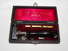 Kleines antikes medizinisches Gerät im Kasten der Elektrizitätsges. Sanitas