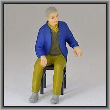 Dingler Handbemalte Figur Polyresin Spur 1 Mann sitzend, blaue Jacke (100214-02)