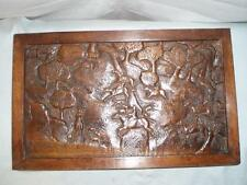 WW11 en chêne massif sculpté à la main scène de chasse signée et datée 1945 dessus de table.