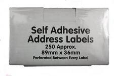 Su rotolo autoadesivo etichette indirizzo 89mmx36mm (250 circa) perforata NUOVO