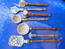 alte 7 tlg.Küchengeräte aus weißem Porzellan mit Zwiebelmuster und gedrechseltel