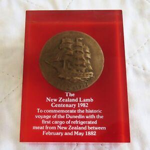 1982 THE DUNEDIN MEDAL NEW ZEALAND LAMB PAPERWEIGHT