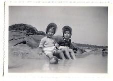 Deux petites filles les pieds dans l'eau plage bord mer photo ancienne an. 1950