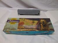 Vintage Athearn train HO Scale 5312 Union Pacific 3 bay Covered Hopper Car in bo