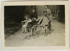 PHOTO ANCIENNE-ENFANT CHARRETTE JEU FORÊT FAMILLE-CHILD PLAYING-Vintage Snapshot