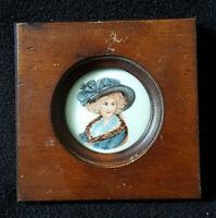 Ancien portrait miniature sur porcelaine de Sèvres signé monreau dame au chapeau