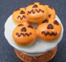 1:12 Scale 5 Loose Pumpkin Face Cakes On A Stand Dolls House Dining Room PL92