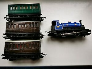 OO Gauge. Hornby 0-4-0 Caledonian Livery Steam Engine with X3 Small Coaches.