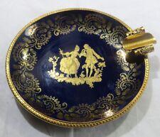 Cendrier en porcelaine avec cercle en métal doré et dorures représentant un coup
