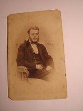 sitzender Mann mit Bart und Brille im Anzug - Kulisse ca. 1860/70er Jahre / CDV