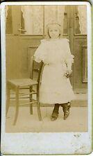 Paulin Marion CORNIMONT une petite fille prend la pose en extérieur CDV PHOTO