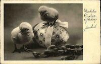 Frohe Ostern Glückwunsch AK 1937 Kleine Küken mit Osterei Happy Easter Postcard
