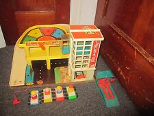 VINTAGE FISHER PRICE PLAY FAMILY GARAGE 930 Wood Little People RARE