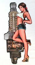 Blechschild Pin Up Girl mit Thermometer 39 cm mit Oldtimer und Zündkerze
