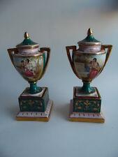 Paar Urnenvasen Wiener Porzellan mit Hausmalerbilder über die Verliebtheit
