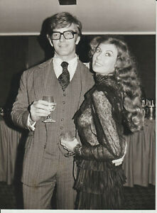 DAVID PROWSE - POSE WITH MARILYN COLE - 1977 PHOTO