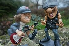 841.2383 B  2 FIGURINE  CARICATURE BRIAN JOHNSON ANGUS YOUNG   ACDC  MUSIQUE