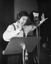 "ORSON WELLES IN ""WAR OF THE WORLDS"" ON CBS RADIO - 8X10 PUBLICITY PHOTO (EP-910)"