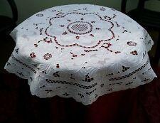 Tovaglia centrotavola in lino interamente ricamata a mano ad intaglio