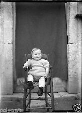 Portrait bébé sur sa chaise haute - ancien négatif photo verre an. 1930 40