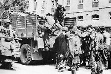 WW2 - Ste-Mère-Eglise - Des blessés allemands prisonniers quittent l'hôpital