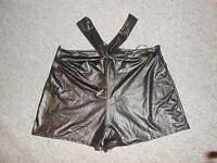 215 31B kurze Hose Hot Pants Hotpants schwarz Kreuzband sexy Gr. M / L  NEU