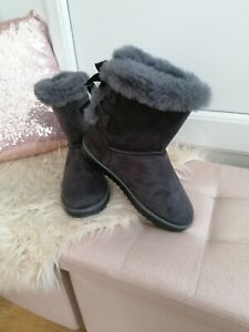 Ladies Grey Flat Furry Boots Size 6 bow details