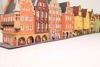 Diorama Spur N Häuserzeile 8 x Stadthaus mit vielen Figuren fertig aufgebaut