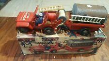 jouet ancien ensemble d'une jeep et citerne de pompier en tôle laqué rouge