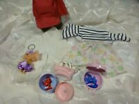 lot divers ,panty ,porte clé poupée ,casquette ,sac vétements barbie etc...