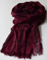 Großer, leichter Schal in tief dunklem Weinrot mit schmalen Schwarzen Streifen