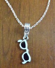 collier chaine argenté 45 cm avec pendentif lunette de soleil  27x12 mm